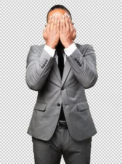 Bedrijfs zwarte mens die zijn gezicht behandelt