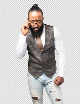 Bedrijfs zwarte mens die zijn glazen houdt