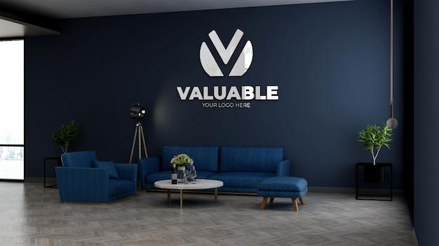Bedrijfsmuurlogomodel in de wachtkamer van de kantoorlobby met blauwe bank