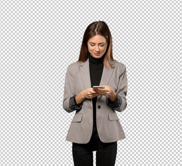 Bedrijfsvrouw die een bericht met mobiel verzenden