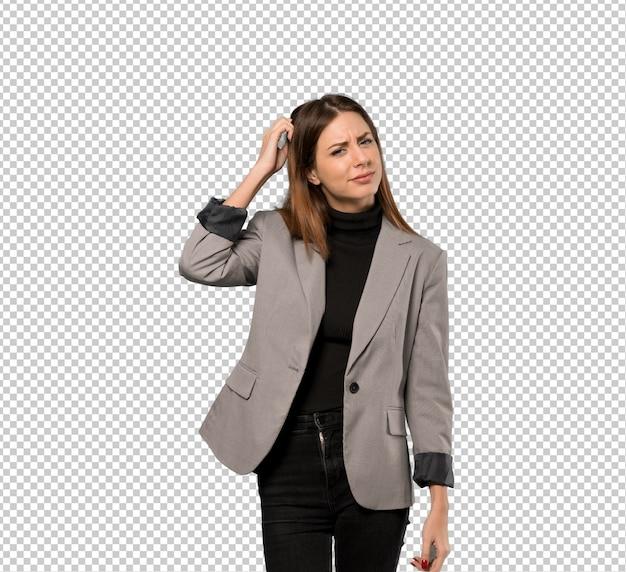 Bedrijfsvrouw die twijfels hebben terwijl het krassen van hoofd