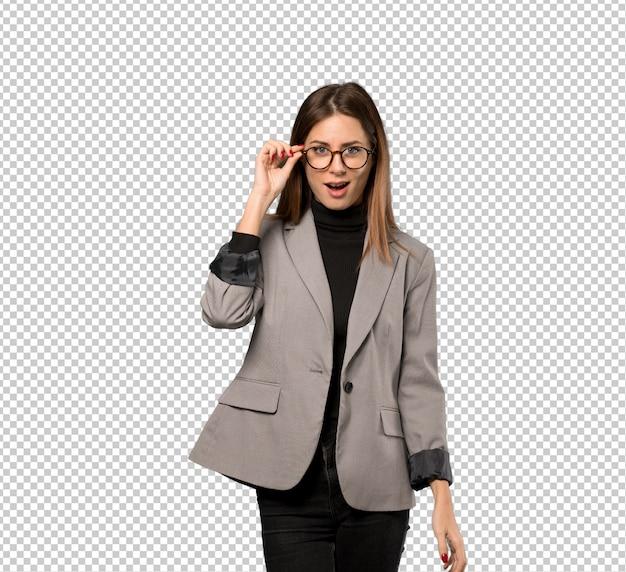 Bedrijfsvrouw met glazen en verrast