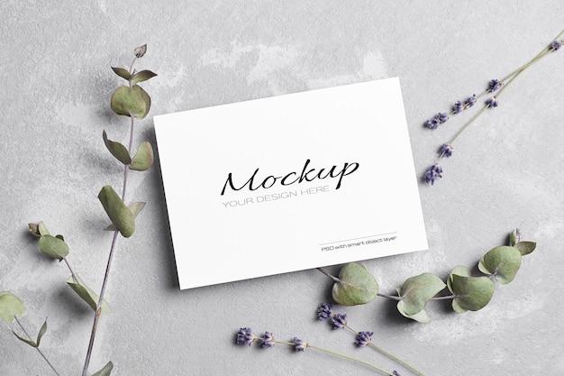 Begroetings- of huwelijksuitnodigingskaartmodel met droge lavendel- en eucalyptusbloemen