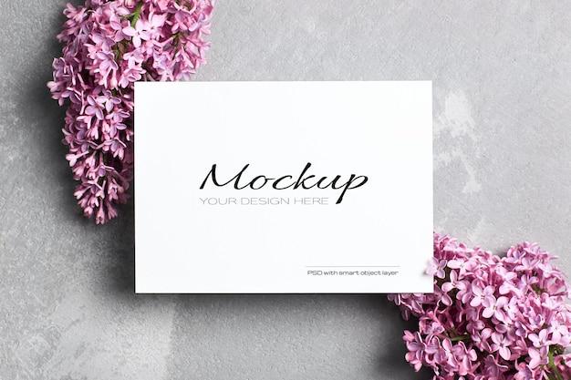 Begroetings- of uitnodigingskaartmodel met paarse lila bloemen