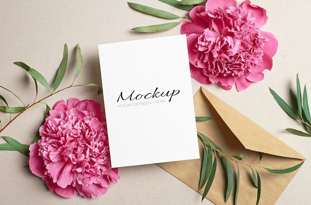 Begroetings- of uitnodigingskaartmodel met roze pioenrozen en eucalyptustakjes