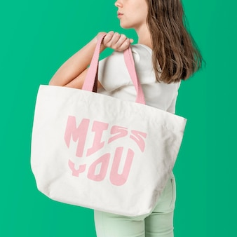Beige draagtas mockup psd met roze miss you typografie