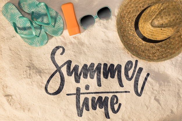 Belettering zomer achtergrond met strand elementen