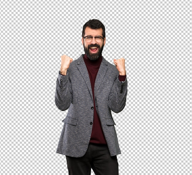 Bell'uomo con gli occhiali che celebra una vittoria nella posizione del vincitore