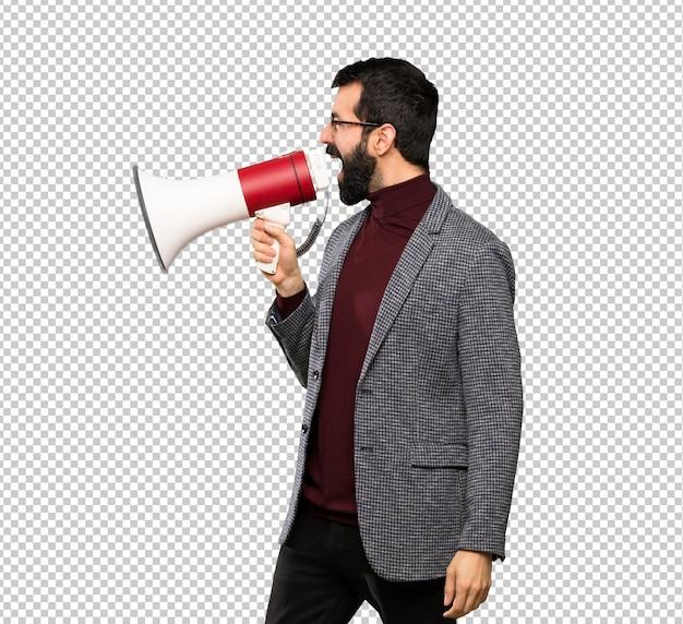 Bell'uomo con gli occhiali che grida attraverso un megafono