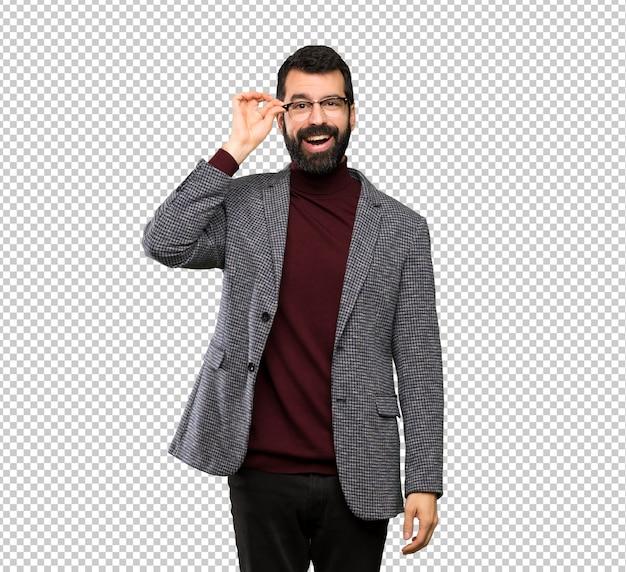 Bell'uomo con gli occhiali con gli occhiali e sorpreso