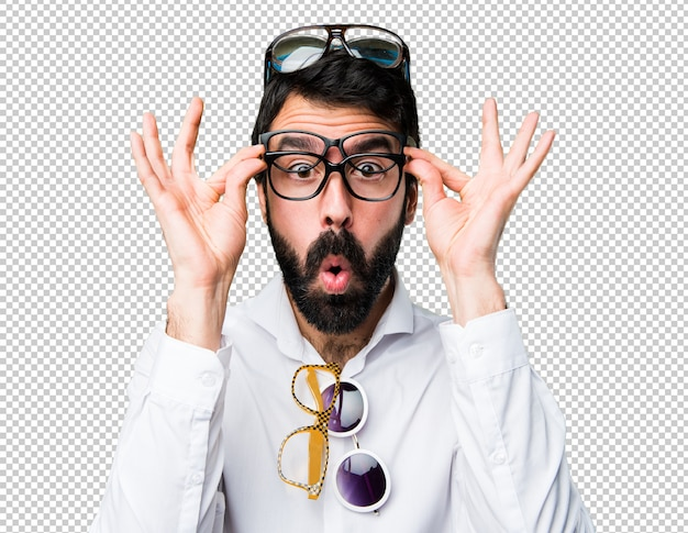 Bell'uomo con gli occhiali facendo il gesto di sorpresa