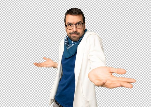 Bell'uomo con gli occhiali infelici e frustrati con qualcosa perché non capisco qualcosa