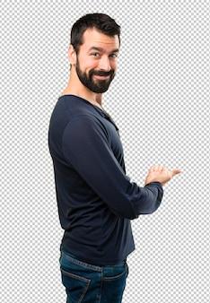Bell'uomo con la barba che presenta qualcosa