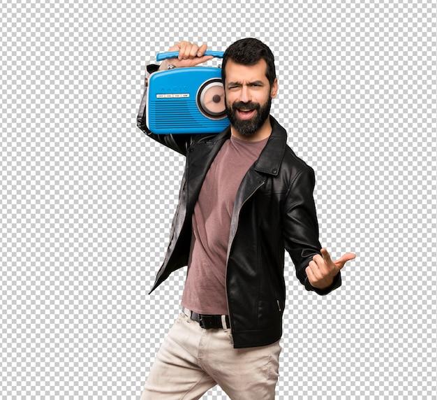 Bell'uomo con la barba che tiene una radio