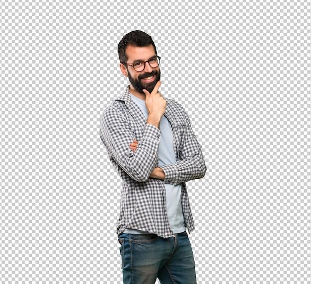 Bell'uomo con la barba con gli occhiali e sorridente