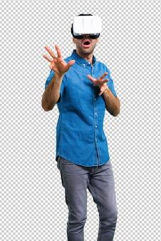 Bell'uomo con la camicia blu utilizzando occhiali vr