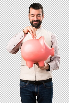 Bell'uomo con la maglia che tiene un piggybank