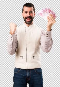 Bell'uomo con la maglia prendendo un sacco di soldi