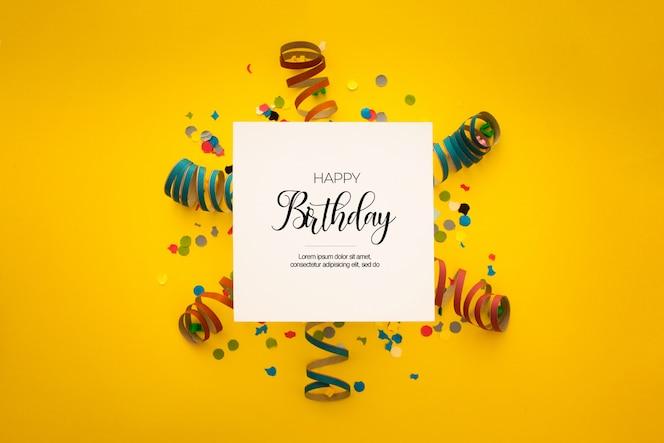 Bella composizione di compleanno con coriandoli su giallo