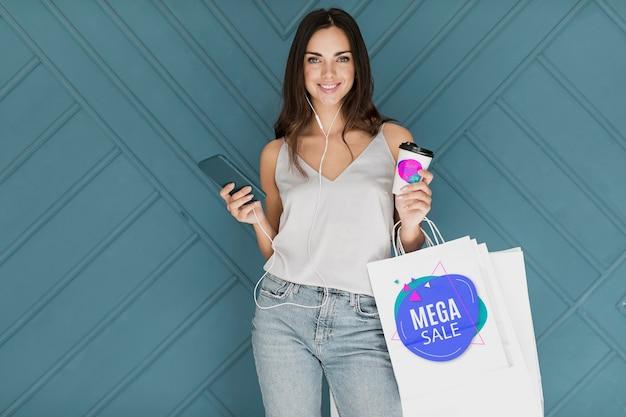 Bella donna shopping su offerte promozionali