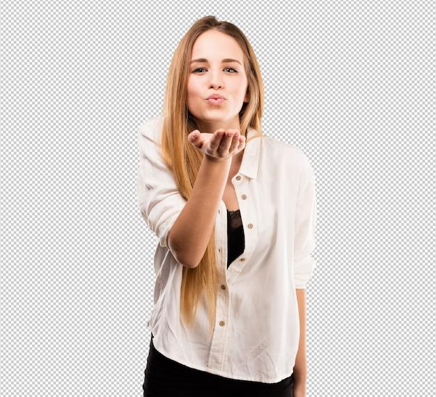 Bella giovane donna che invia baci