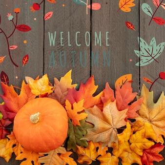 Benvenuto autunno con zucca e foglie adulte