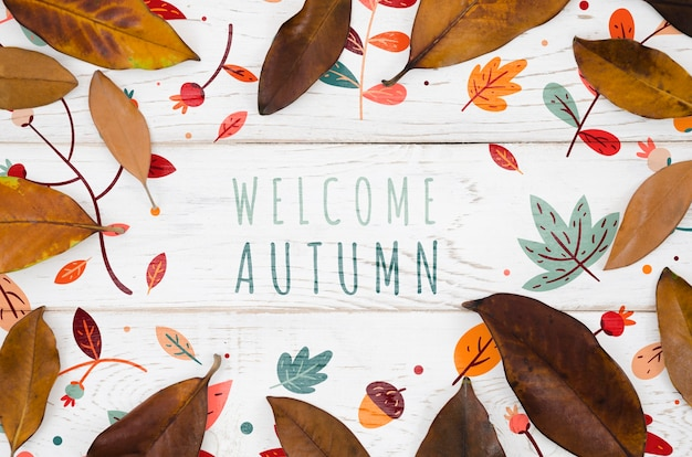 Benvenuto concetto autunnale circondato da foglie marroni