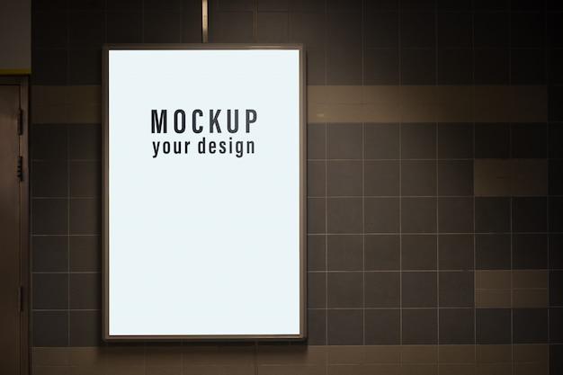 Bespot lichtbak in een stad aan de muur voor uw reclame. lege mock up van verticale straat poster