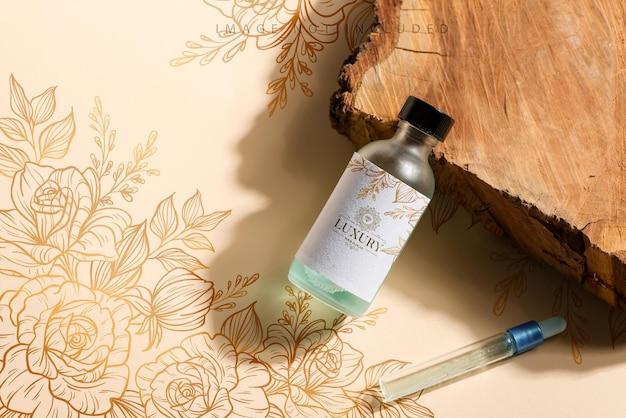 Bespotten fles op een houten gesneden en beige oppervlak