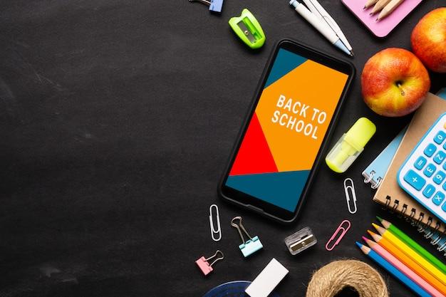 Bespotten mobiele telefoon voor terug naar school achtergrond concept.