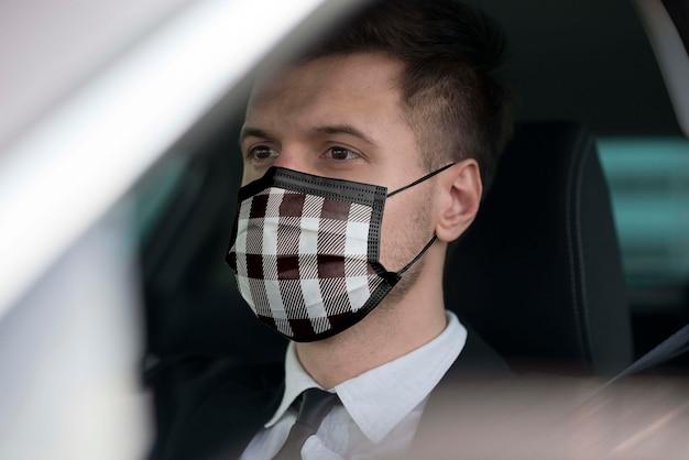 Bestuurder met stoffen masker op het gezicht