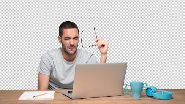 Betrokken jonge man zit aan zijn bureau