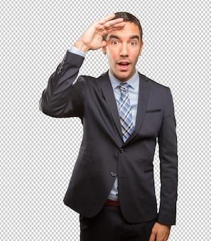 Betrokken jonge zakenman doet een observeren gebaar