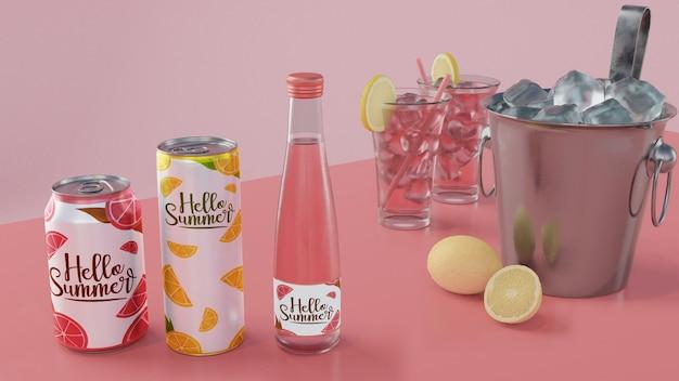 Bevande estive sul tavolo con sfondo rosa