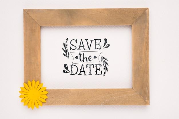 Bewaar de datum mock-up houten frame met gele bloem
