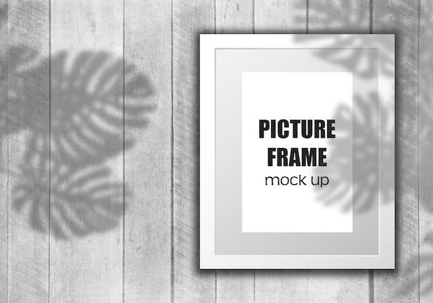 Bewerkbare fotolijst mock up met plantenschaduw-overlay