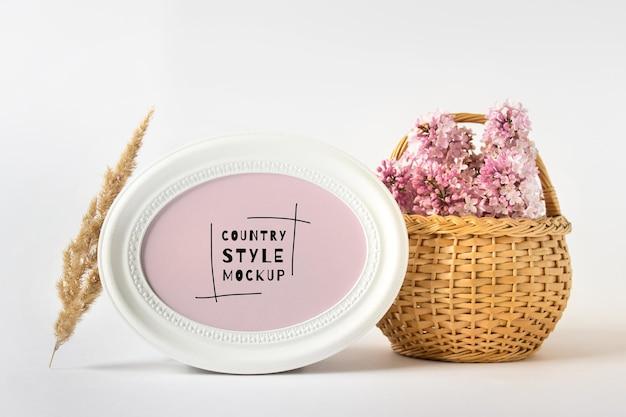 Bewerkbare psd-mockup met landelijke stijl van ronde blanco frame pluizige plant en mand