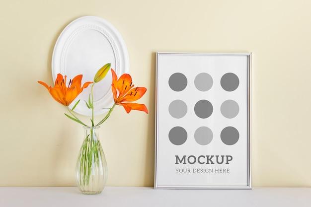 Bewerkbare psd-mockup met zilveren a4-frame met oranje zomerlelie in glazen vaas