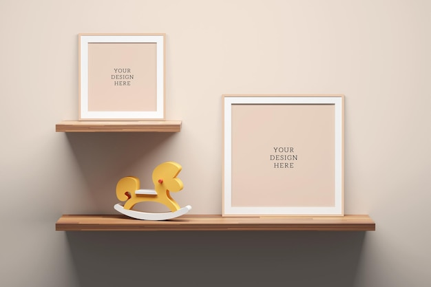 Bewerkbare psd-mockupsjabloon met vier lege vierkante frames, houten plank en decor.