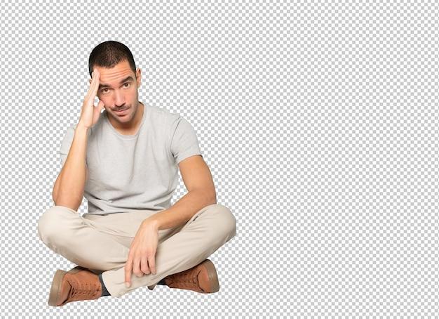 Bezorgde jonge man die een twijfelachtig gebaar maakte