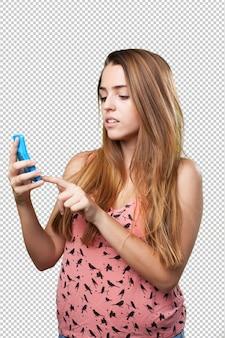 Bezorgde jonge vrouw die een calculator gebruikt