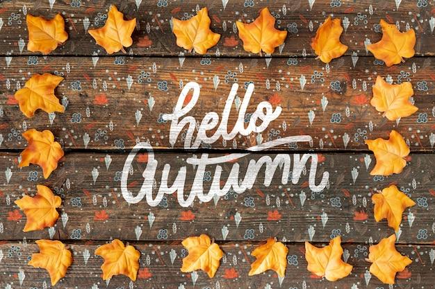 Bienvenido concepto de otoño con lindos garabatos y hojas secas
