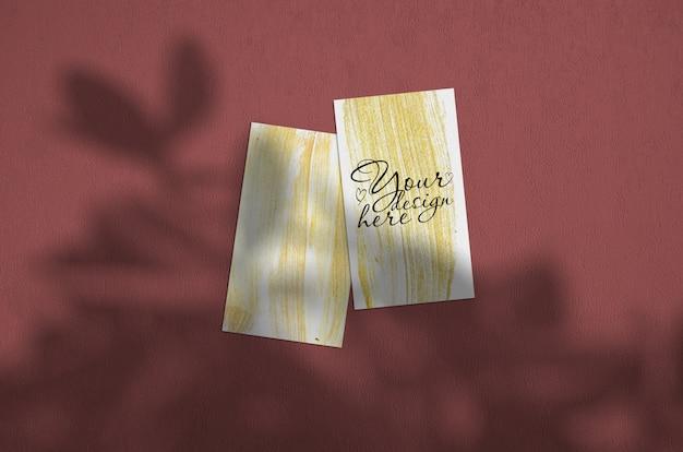 Biglietto da visita mockup. l'illuminazione a sovrapposizione naturale ombreggia le foglie