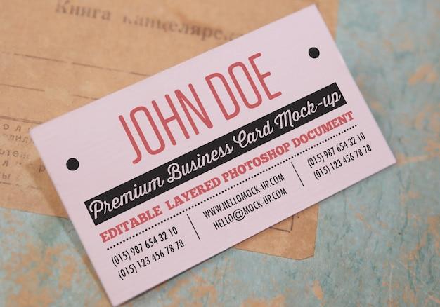 Biglietto da visita su vecchi documenti e buste
