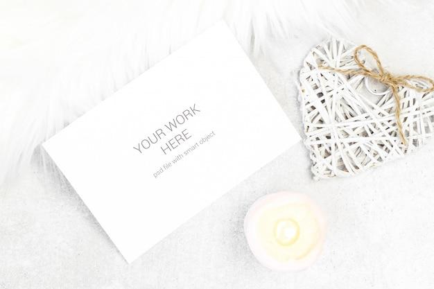Biglietto di auguri mockup con candela e cuore