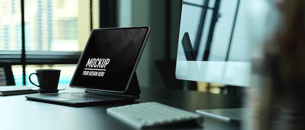 Bijgesneden schot van bureau met digitaal tabletmodel