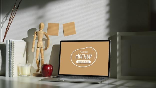 Bijgesneden schot van de werkruimte van de kunstenaar met mock up laptopcomputer