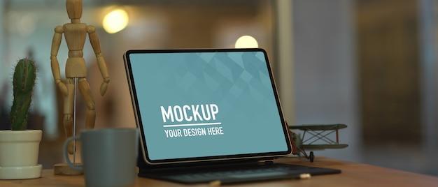Bijgesneden schot van mock-up digitale tablet op houten tafel met koffiemok en decoraties