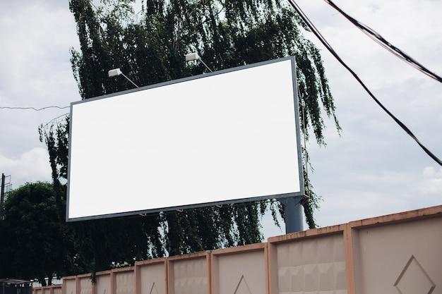 Billboard met blanco oppervlak voor reclame