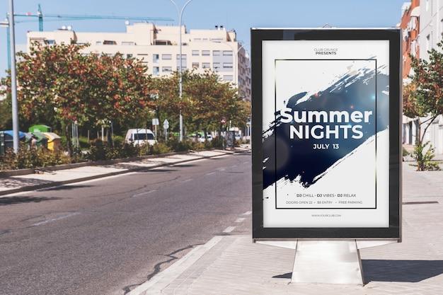 Billboard mockup aan de kant van de weg